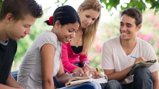 Foto: (Bolsas de estudo são uma alternativa para ingressar no ensino superior sem pesar o orçamento)