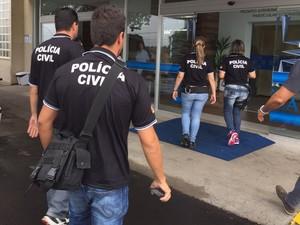 Policiais cumprem mandados no Hospital Nossa Senhora da Conceição, em Canoas (Foto: Giovani Grizotti/RBS TV)