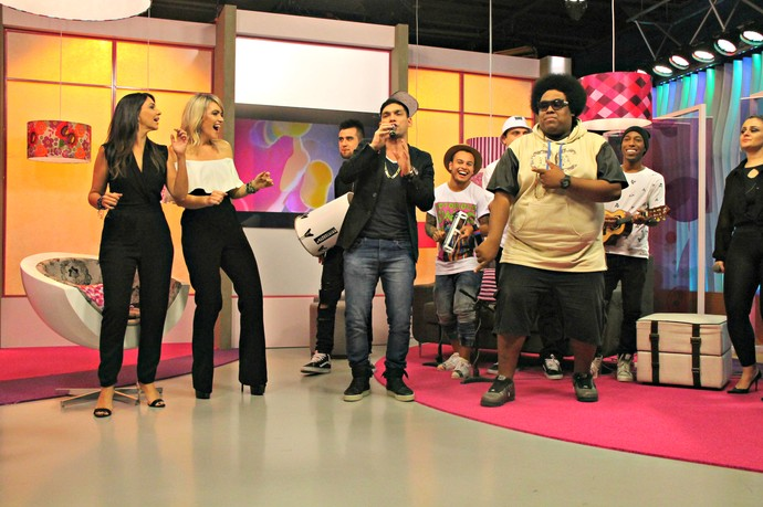 MC Jean Paul Mistura com Rodaika Cris Silva Grupo do Bola pagode funk mistura musical aniversário (Foto: Maicon Hinrichsen/RBS TV)