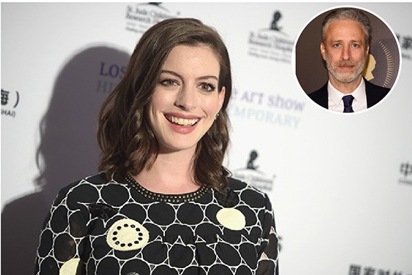 Anne Hathaway e Jon Stewart (Foto: Getty Images)