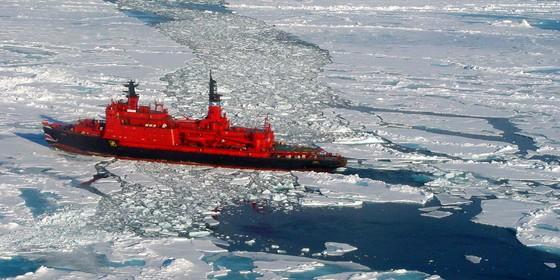 Navio quebra gelo no Ártico. O gelo está cada vez mais fino (Foto: Wikimedia Commons - Wofratz)