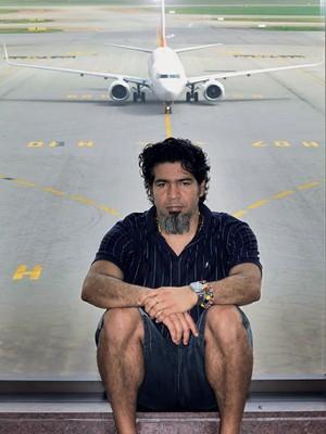 SEM BAGAGEM Ifrain Ramirez no aeroporto de Guarulhos. Ele viveu  cinco meses com uma toalha, uma escova de dentes e uma muda de roupas (Foto: Rogério Cassimiro/ÉPOCA)