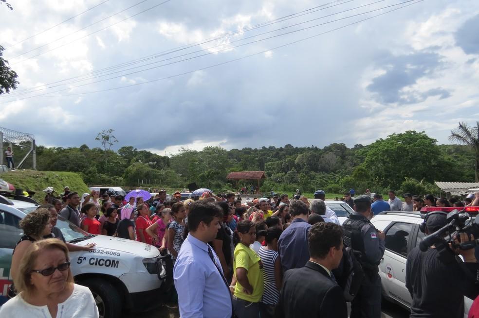 Pessoas se reúnem no acesso ao Compaj para esperar notícias de familiares presos (Foto: Felipe Souza/BBC Brasil)