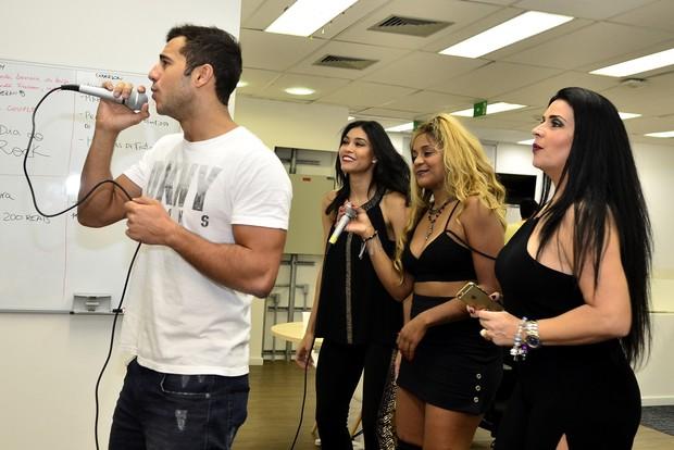 Convidados soltam a voz no karaokê do Dia do Rock (Foto: Roberto Teixeira / EGO)