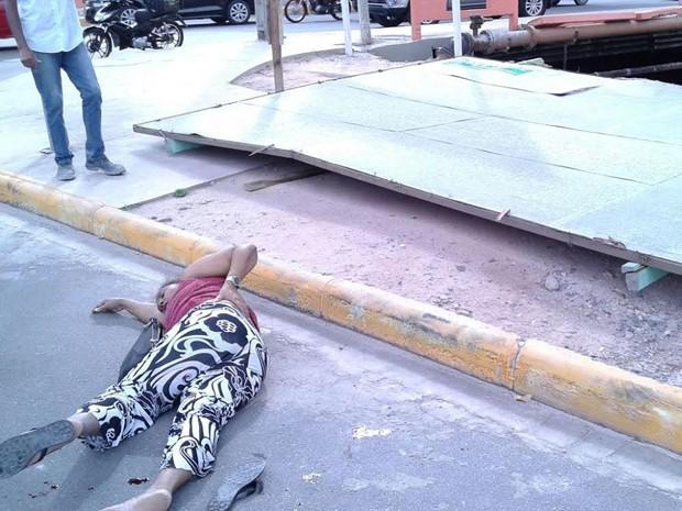 Mulher de 52 anos foi atingida na cabeça pela placa na Via Mangue (Foto: Reprodução/WhatsApp)