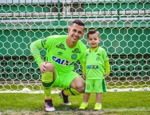 Danilo, goleiro da Chapecoense, com o filho Lorenzo (Foto: Reprodução)