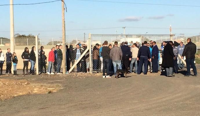 Torcedores tentaram entrar no CT, mas foram impedidos e reclamaram (Foto: Eduardo Deconto/GloboEsporte.com)