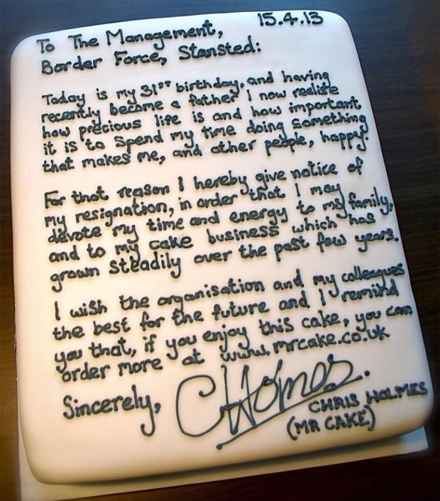 Na hora de pedir demissão de seu emprego, o britânico Chris Holmes escreveu a carta explicando o motivo e se despedindo dos colegadas de uma forma diferente. Em vez de papel e caneta, o homem deixou sua mensagem no topo de um bolo, dado aos colegas do local onde trabalhava (Foto: Reprodução/Twitter/Stuart Jackson)