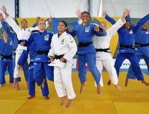 Maria Portela (terceira da direita para a esquerda) fica escondida na foto da seleção brasileira (Foto: Divulgação/CBJ)