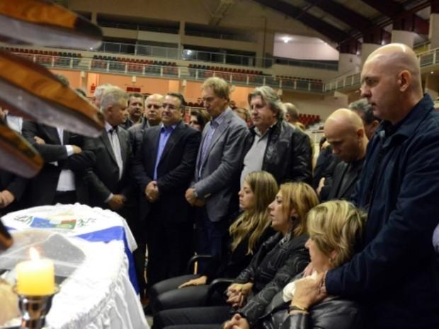 Família e políticos se despediram de Luiz Henrique na madrugada (Foto: Jaqueline Noceti/Secom)