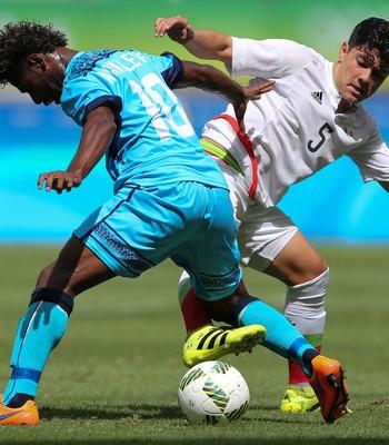 Fiji x México; olimpíadas; arena fonte nova; Ratu Nakalevu (Fiji); Michael Perez (Mexico) (Foto: Fernando Donasci/Reuters)