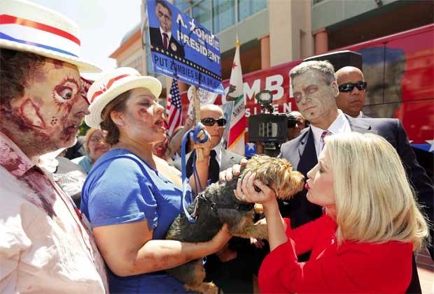 A. Zombie e sua mulher cumprimentam apoiadores em San Diego (Foto: Reuters)