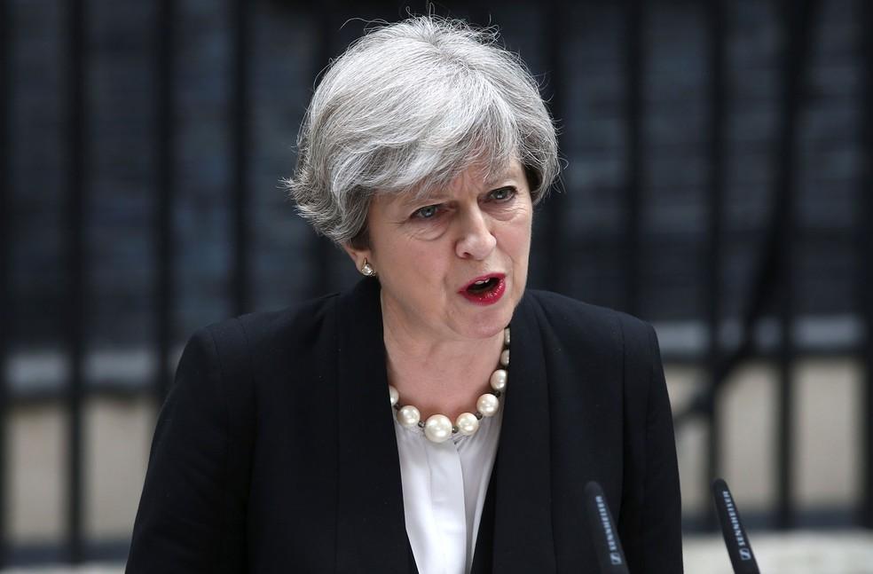 Primeira-ministra britânica, Theresa May, fala com a imprensa nesta terça-feira (23) (Foto: REUTERS/Neil Hall)