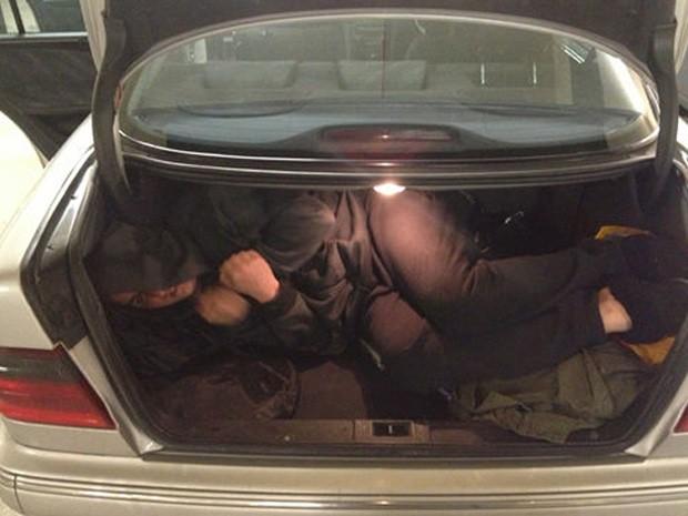 Filho do casal foi usado para demonstrar 'espaço' do porta-malas (Foto: Reprodução/eBay/camibanks)