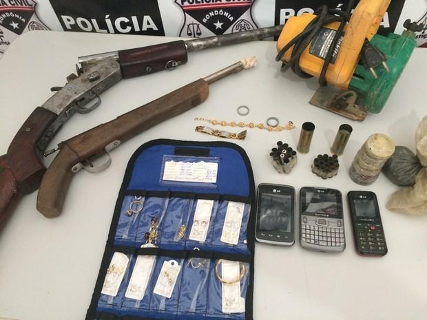 Com suspeito, foram presas armas e recuperadas semi-joias (Foto: Polícia Civil/ Divulgação)