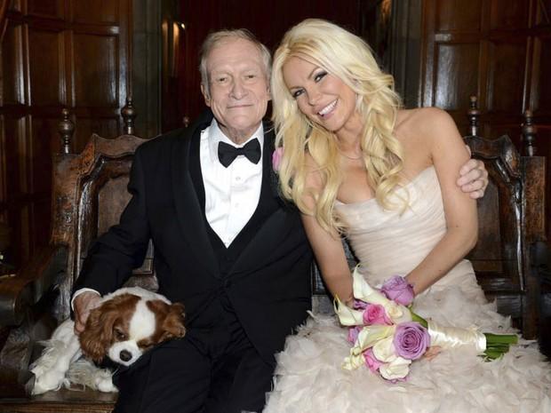 O fundador da 'Playboy', Hugh Hefner, posa com sua nova esposa, a coelhinha Crystal Harris, após o casamento celebrado na Mansão da Playboy, na Califórnia, no último dia de 2012. À esquerda, o cãozinho Charlie também aparece na foto. (Foto: Reuters/Elayne Lodge/PEI)