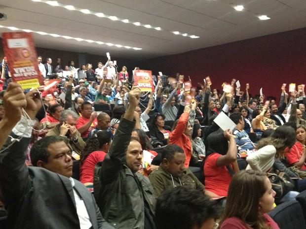 Militantes do PC do B aprovam o apoio a Dilma na eleição presidencial durante convenção nacional do partido em Brasília (Foto: Felipe Néri / G1)