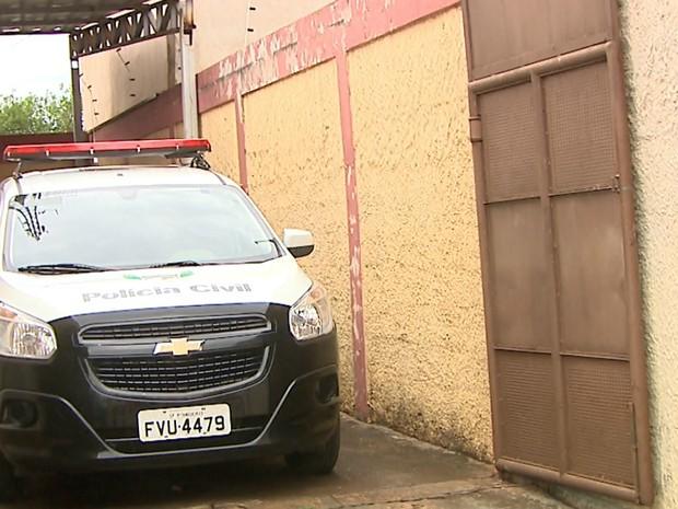 Suspeita foi levada da DISE de Sertãozinho para delegacia em Pitangueiras (Foto: Paulo Souza/EPTV)