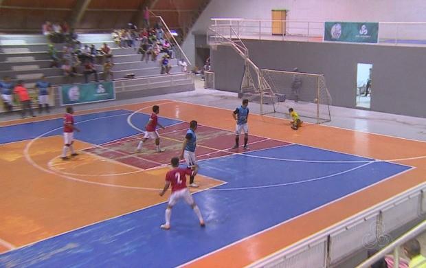 A torcida vibrou com cada jogo do segundo dia de disputa (Foto: Globo Esporte AP)