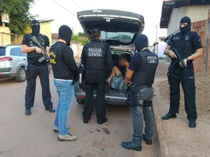 Polícia prendeu rapazes de 20 e 25 anos nesta sexta-feira, em Várzea Grande (Foto: Assessoria/ Polícia Civil-MT)