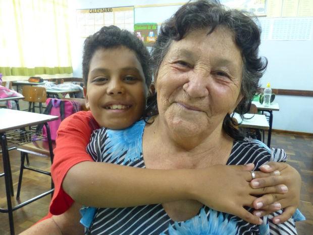 Maria Mercês, de 66 anos, adotou o neto e o tem como filho desde o primeiro ano de idade  (Foto: Adriana Justi / G1)