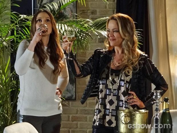 Shirley brinda pela separação de Laerte e Verônica (Foto: Em Família/ TV Globo)