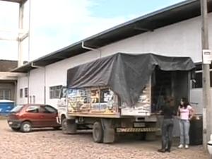 Casal mora em caminhão para evitar enchente (Foto: Reprodução/RBS TV)