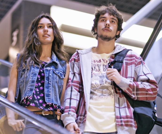Luciana e Luan passeiam pelo shopping antes de encontrarem Alina e Krica (Foto: Tv Globo)