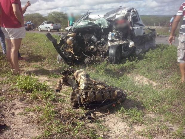 Carro colidiu frontalmente com o caminhão na PE-180 (Foto: Divulgação/Polícia Civil)