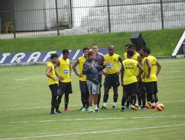 Waldemar Lemos comanda treino com os jogadores do ABC (Foto: Arthur Barbalho)
