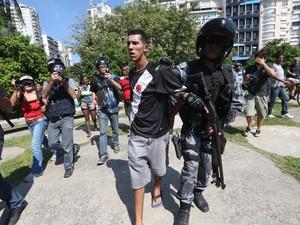 Homem é detido por policial em tumulto durante a saída dos sem-teto do prédio Hilton Santos, no Aterro do Flamengo, zona sul do Rio de Janeiro (Foto: Fábio Motta/Estadão Conteúdo)