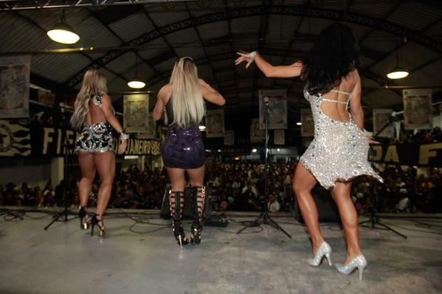 Ana Paula MInerato - com polpinha à mostra -, Vanessa Mesquita e Carla Prata sambam (Foto: Leo Franco/Ag News)