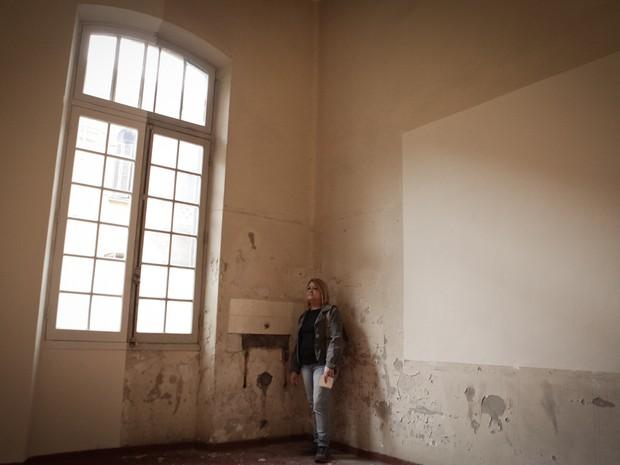 Nilda mostra a sala onde trabalhou mais tempo. No local, haviam cinco berços. Hoje, abriga a obra do artista Daniel Senise (Foto: Caio Kenji/G1)
