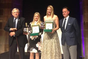 Hannah Mills e Saskia Clark recebem o prêmio de melhores do ano  (Foto: Reprodução / Twitter)