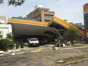 Posto de gasolina ficou destruído na avenida Praia de Belas, em Porto Alegre  (Foto: Diego Guichard / G1  )