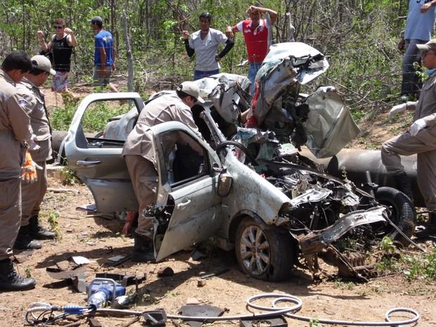 Corpo de Bombeiros de Serra Talhada foi acionado para retirar o teto do carro e remover os corpos. (Foto: Cauê Rodrigues/ Arquivo Pessoal)