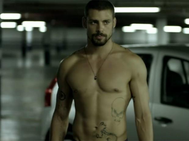 Cauã Reymond mostra boa forma durante atuação em O Caçador (Foto: O Caçador/TV Globo)