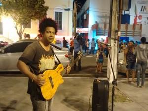 Cantor faz homenagem ao ator Domingos Montagner na porta do IML de Aracaju (Foto: Priscilla Bitencourt/TV Sergipe)