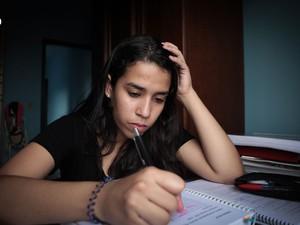 17h00 - Nesta reta final do vestibular, Cássia estuda em casa em média seis horas com um intervalo para o jantar (Foto: Caio Kenji/G1)