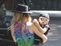 De boné e óculos escuros, filho de Fergie é pura fofura em passeio