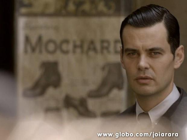 Manfred observa Amélia e Franz de longe e fica irritado (Foto: Joia Rara/ TV Globo)