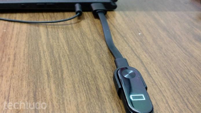 f0769a14f04 Xiaomi Mi Band 2 deve ser recarregada na porta USB do computador (Foto   Elson