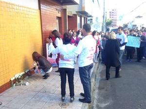 Moradores de Santa Maria fizeram caminhada pedindo paz, segurança e justiça pela morte de Shelli Vidotto, de 27 anos, morta em assalto (Foto: Thiago Guedes/RBS TV)