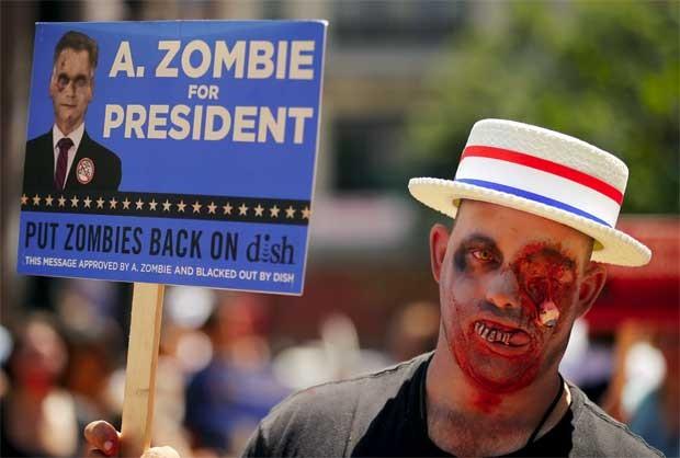 Apoiadoras de A. Zombie mostra cartaz do candidato (Foto: Reuters)