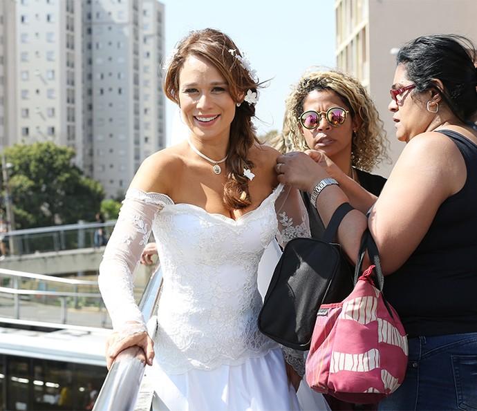 A atriz recebe ajuda da equipe de Haja Coração nos bastidores (Foto: Carol Caminha/Gshow)