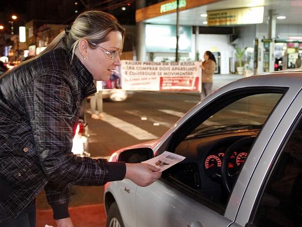 Pamela Trevisan Margutti faz campanha nos semáforos da cidade (Foto: Fabio Rodrigues/G1)
