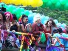Elenco de 'Sense 8' roda cenas da série na Parada Gay em São Paulo
