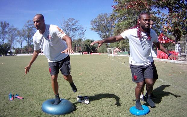 Vagner Love e Deivid, treino do Flamengo (Foto: Alezandre Vidal / Fla imagem)