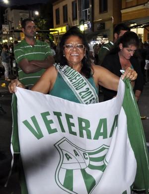 Dona Juvercina não parou de agitar a bandeira da Caldense mesmo após o fim da partida.  (Foto: Lucas Soares / G1)