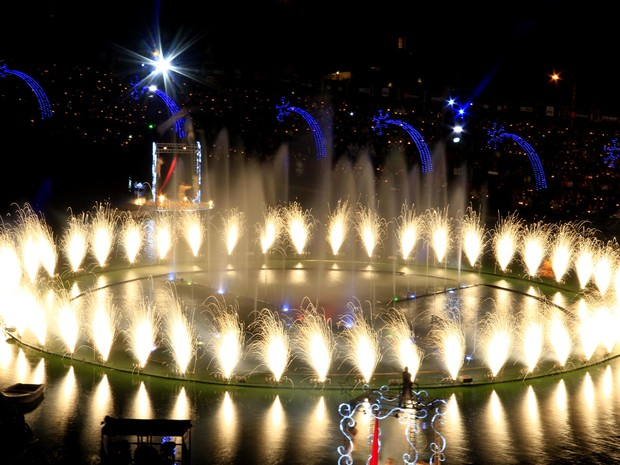 Público assiste ao espetáculo em volta do Lago Joaquina Rita Bier (Foto: Cleiton Thiele/SerraPress)